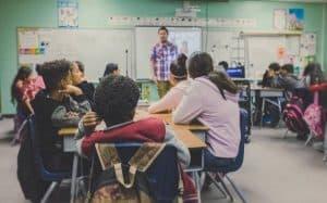 מדריך ותלמידים בכיתה